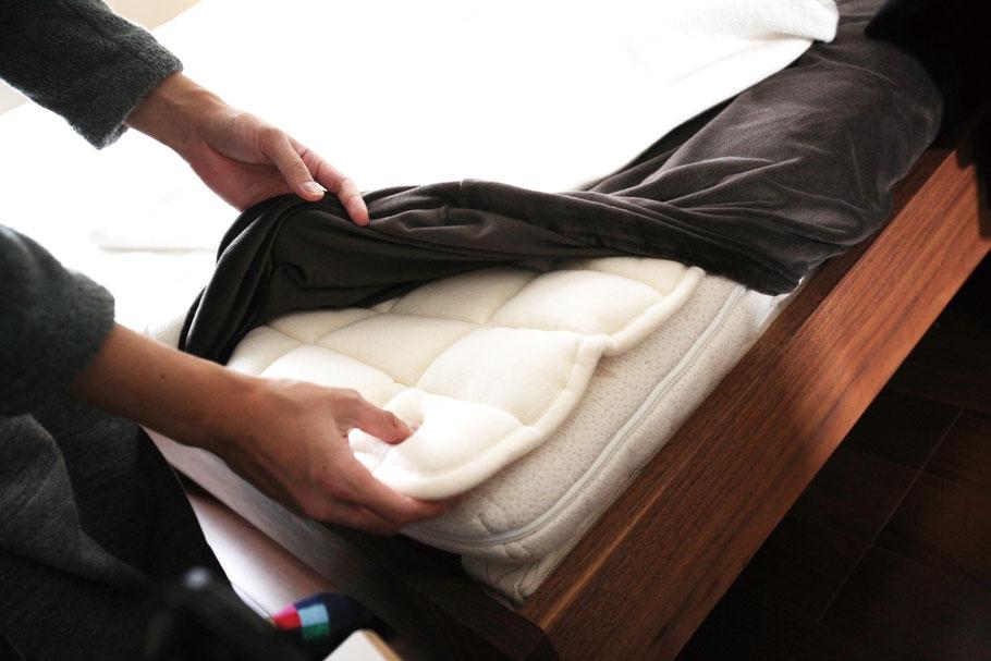 木のマットレスとの相性の良いラテックスマットレスに加え、羊毛の中綿入りのベッドパッドを使用することで、吸湿性を高めより寝心地の良い環境に仕上げている。