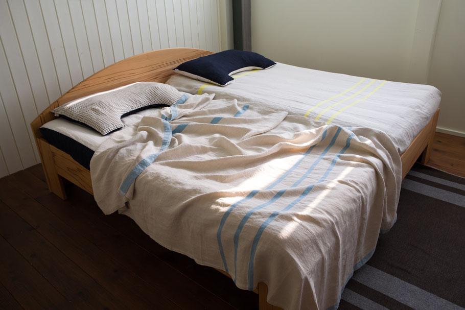 右側のベッドマットにはシーツとして使用しています。写真のように丸っと包まれる長さが260cmのいいところ。