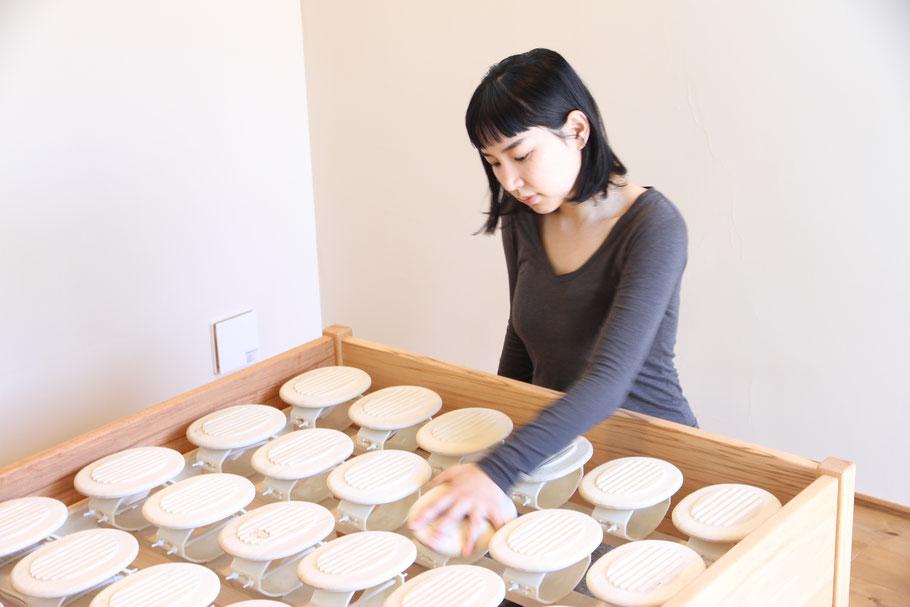 54個のブナ木盤がベッドフレーム内に並びます。