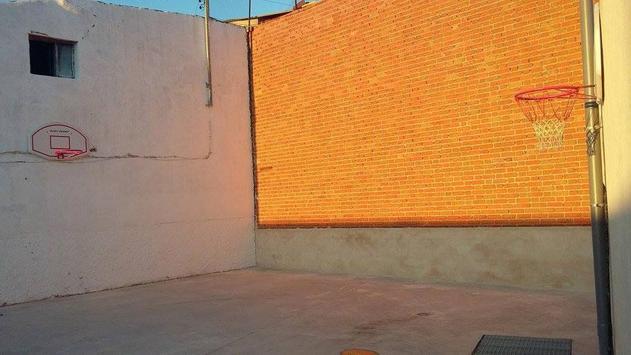 Campo de mini basket con dos canastas. Al fondo el frontón donde echar partidas incluso de frontenis