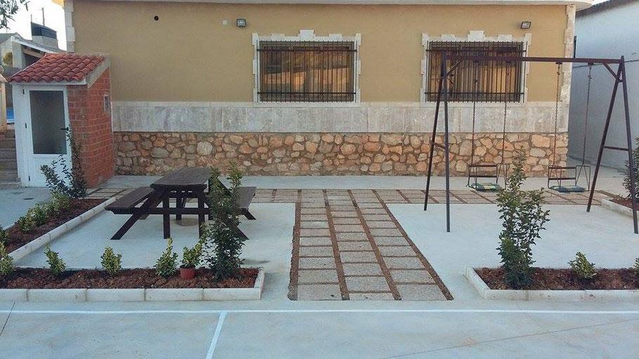 Zona para niños con atracciones infantiles, anexa a la pista polideportiva y al lado el aseo exterior.