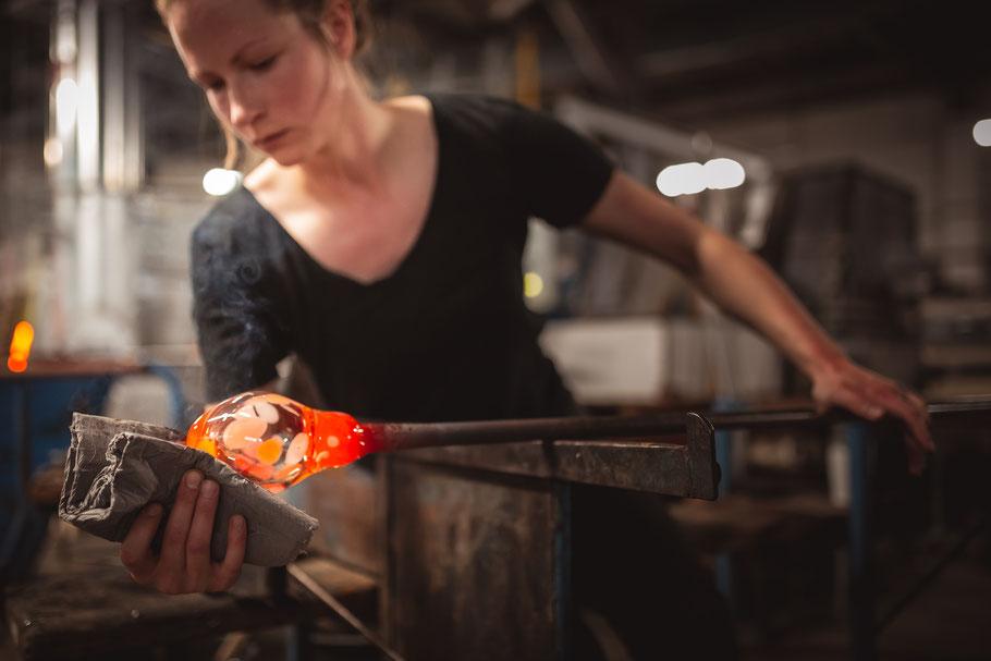 """Glasmacherin bei der Arbeit, Produktion Vase """"Confetti"""""""