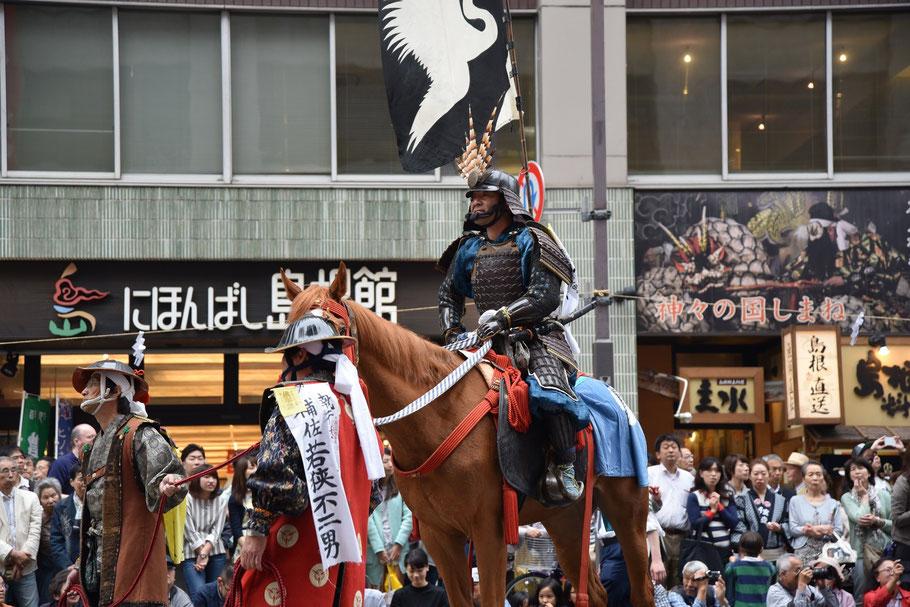 福島県浜通りで毎年7月に行われる神事「相馬野馬追」が神田祭に登場。神田明神三の宮のご祭神・平将門命が相馬野馬追の始祖であるとか、そういう縁らしいです