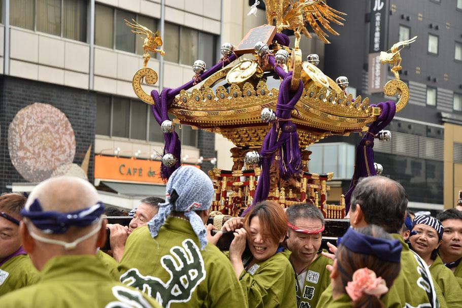 その後、各町会の神輿も加わって盛り上がりは最高潮に