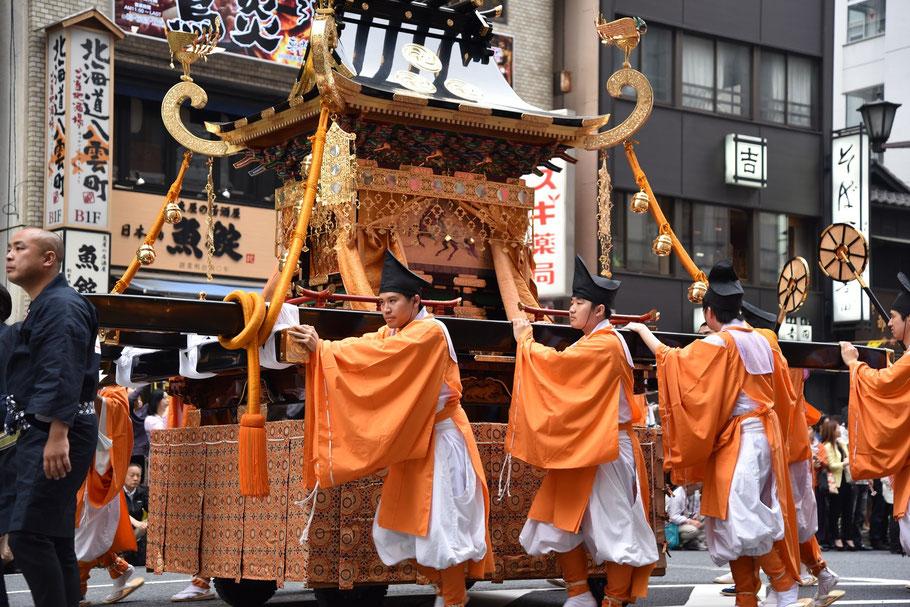 氏神様を運ぶ「一の宮鳳輦」。ちなみに鳳輦とは鳳凰の飾りがある神輿だそうです