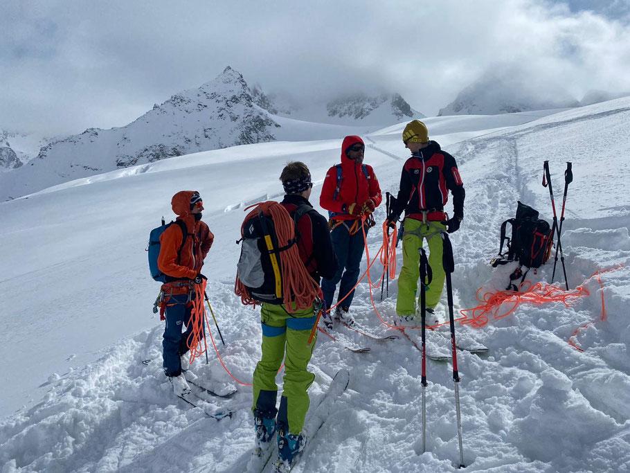 Het sneeuwdek op de Ochsentaler Gletsjer is dik genoeg om de meeste spleten op te vullen. Toch pakken we voor de oefening het touw erbij.