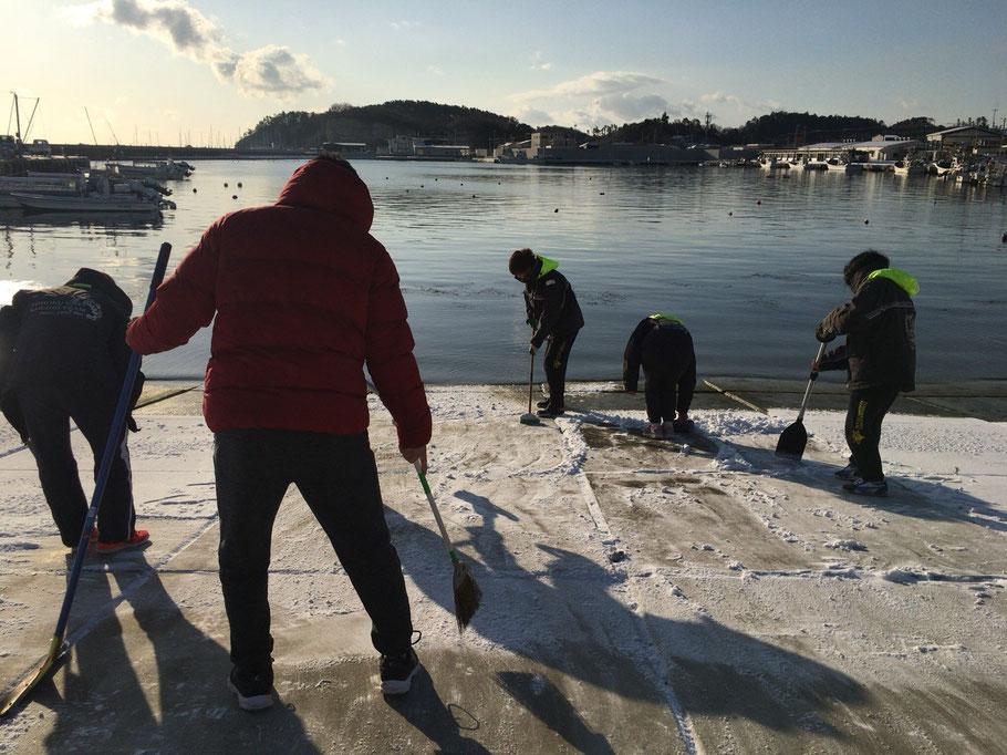 出艇前に雪かきをする部員達☃️❄️