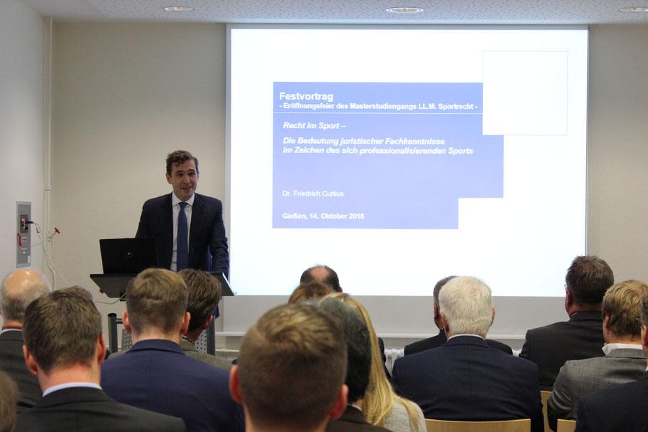 Dr. Friedrich Curtius bei seinem Festvortrag in Gießen
