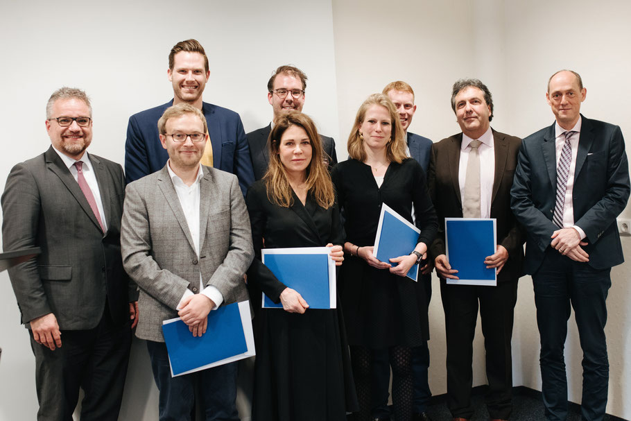 Absolventinnen und Absolventen des Masterstudiengangs gemeinsam mit Prof. Dr. Gutzeit und Prof. Dr. Nolte bei der Abschlussfeier in Gießen (Foto: JLU/ Anna Lena Habermehl)