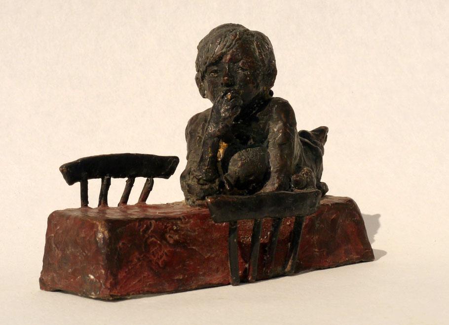 Zwischen den Stühlen Bronze patiniert
