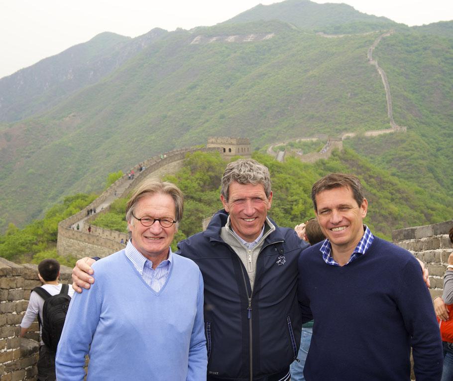 Ludger Beerbaum mit den CHIO Aachen-Organisatoren Frank Kemperman (links) und Michael Mronz (rechts) beim Besuch der chinesischen Mauer. (Foto: Longines Beijing Masters/ Arnd Bronkhorst).