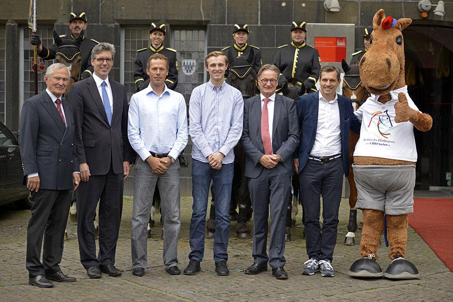 Das Foto zeigt von links nach rechts Carl Meulenbergh, Marcel Philipp, Christian Ahlmann, Sönke Rothenberger, Frank Kemperman, Michael Mronz und CHIO Aachen-Maskottchen Karli. (Foto: CHIO Aachen/ Holger Schupp