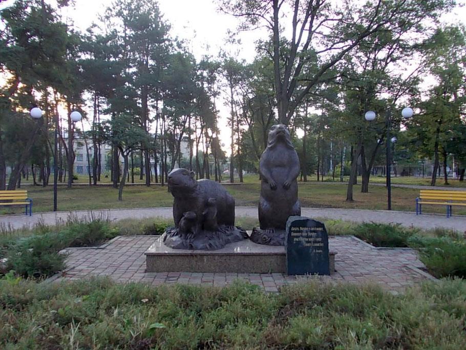 Памятник семье сурков в пгт Купянск-Узловой