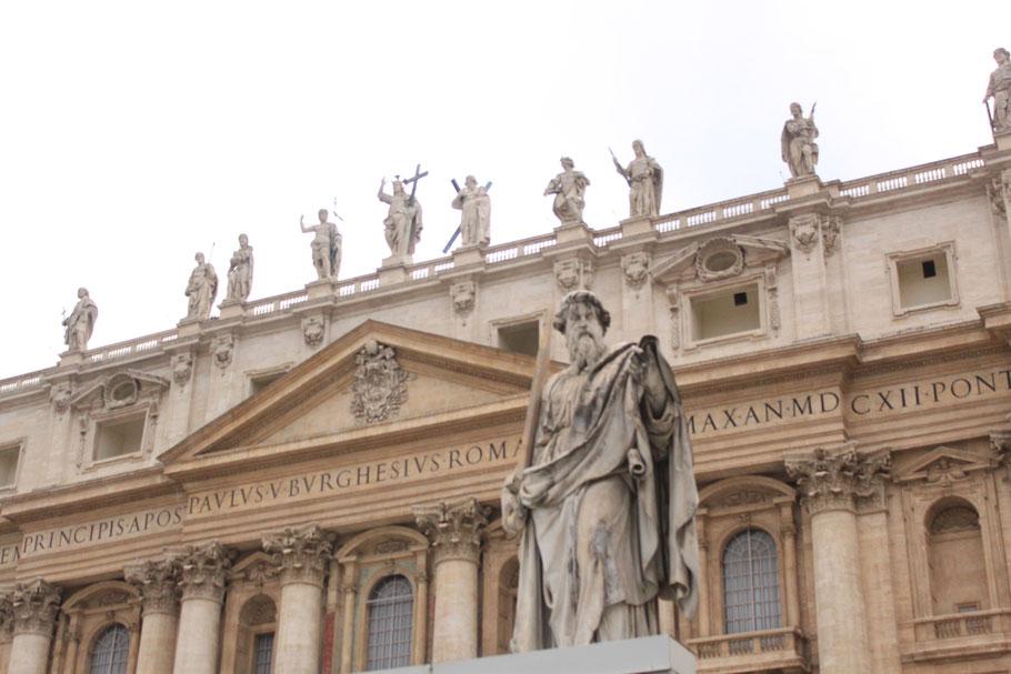 Vor dem Eingang zum Petersdom