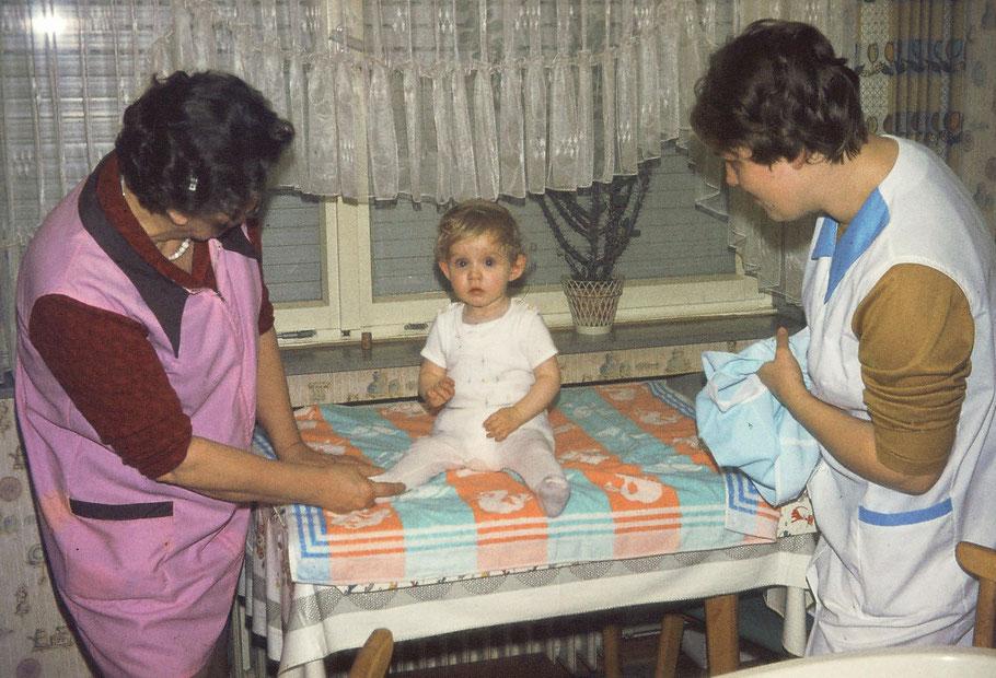 Mama und Oma in ungewohnter Zweisamkeit. Der Küchentisch war dann eben auch Wickelkommode. ;-)