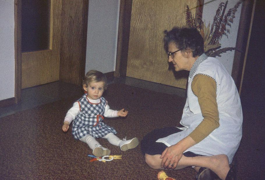 Wollen wir die andere Oma nicht vergessen! Oma Elli. :-)  Hier sitzen wir übrigens in besagter Diele. An meiner linken Seite die Schlafzimmertüre, mir gegenüber ist das Zimmer von Oma.