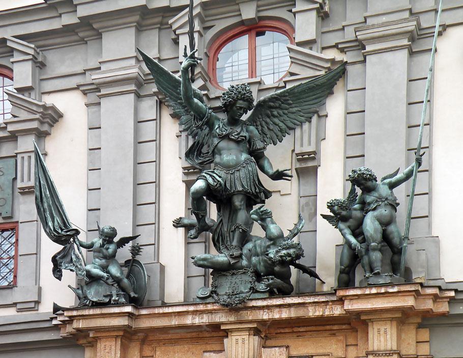 Vitold Muratov - Eigenes Werk CC BY-SA 3.0 File:Michael (archangel) on Zeughaus Augsburgs.jpg Erstellt: 1. Januar 2011