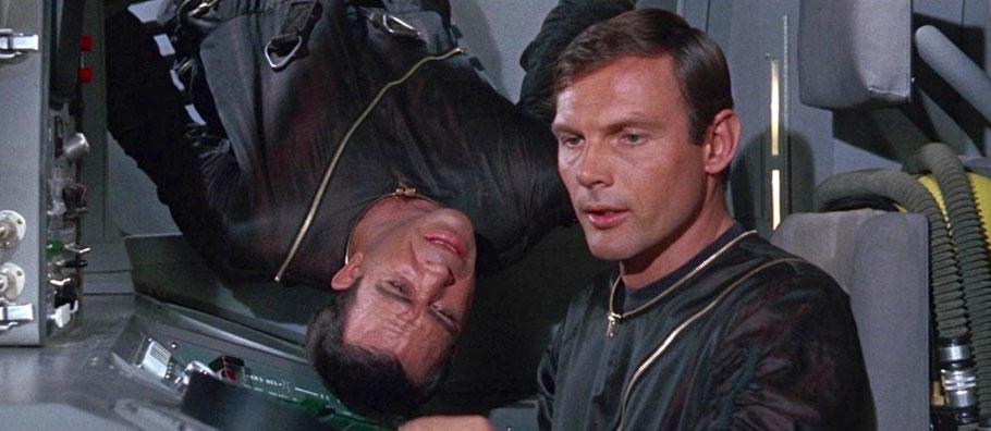 """Szenenfoto aus dem Film """"Robinson Crusoe auf dem Mars"""" (Robinson Crusoe on Mars, USA 1964) mit Paul Mantee und Adam West"""