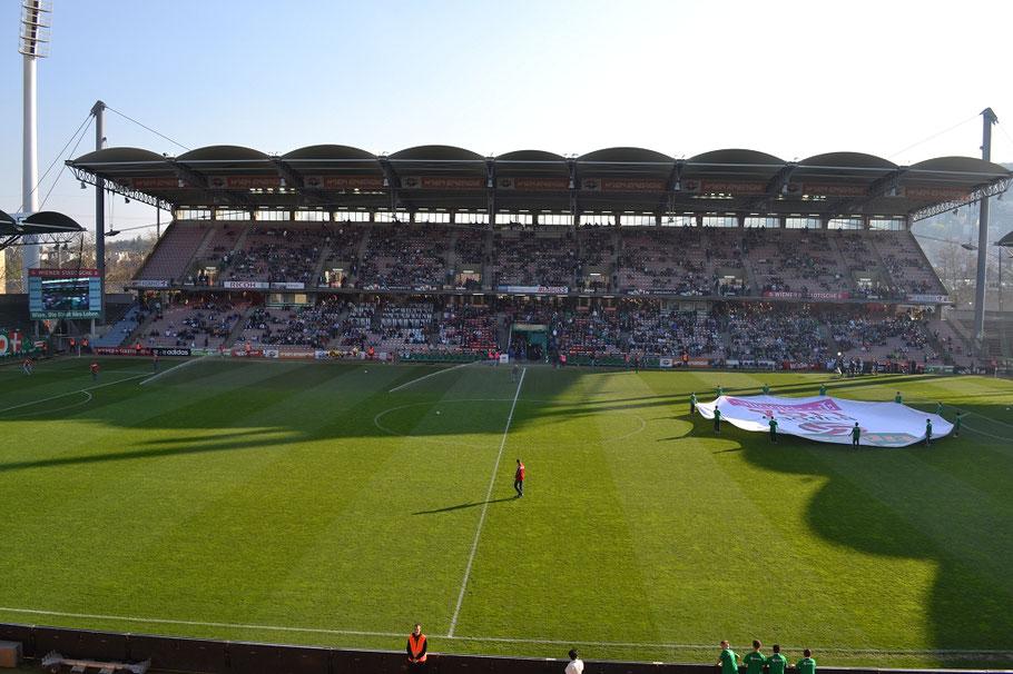 Gerhard-Hanappi-Stadion alt von innen Haupttribüne