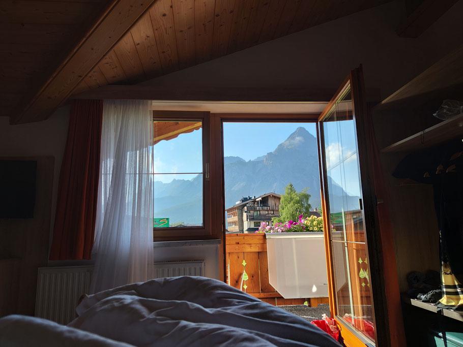 Bett Schlafzimmerblick Berge Tirol