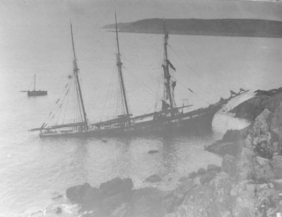 Le trois-mâts goélette Yvette de Granville échoué à la pointe de Brenterc'h