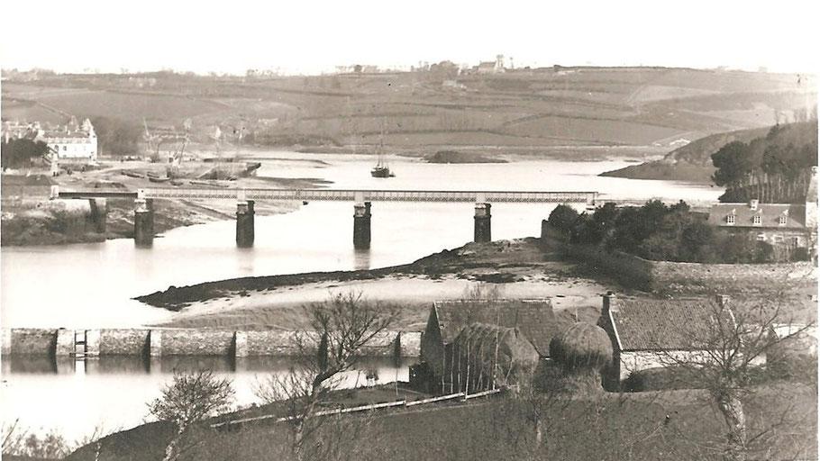 Le second pont Canada, 1886-1954, vu depuis la rive de Trédarzec aucune photo avec la travée ouverte pour le passage d'un voilier caboteur n'a été retrouvé