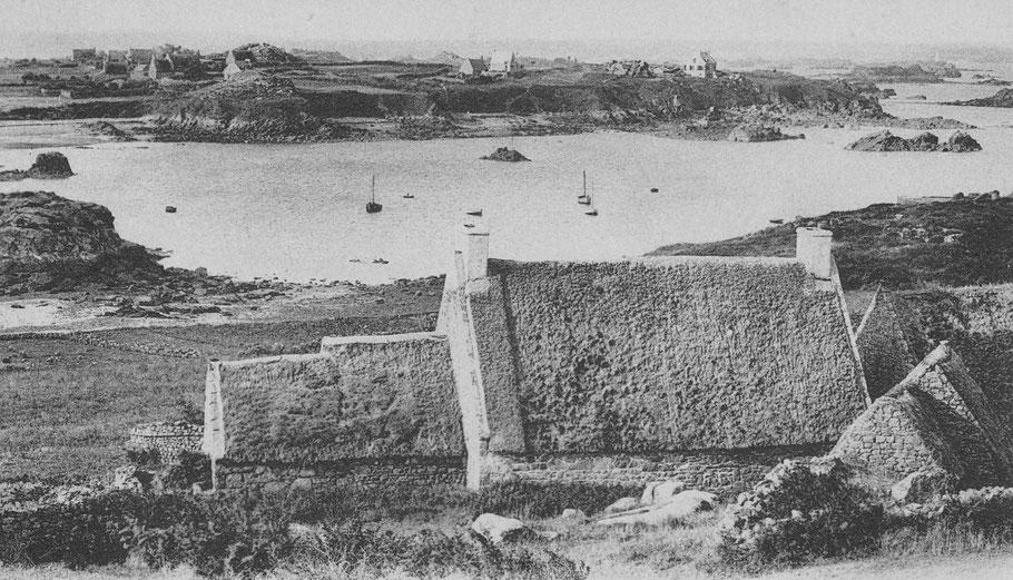 Le port de la Corderie ers 1910, les modestes maisons de pêcheurs de Bréhat sont encore couvertes  de chaume