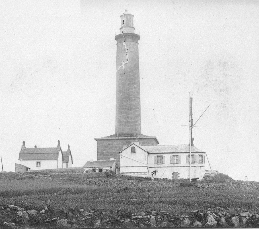 Le premier sémaphore de l'île de batz, vu du nord, les deux mâts sont presque alignés, on distingue le canon d'alarme et l'abri de la station météo