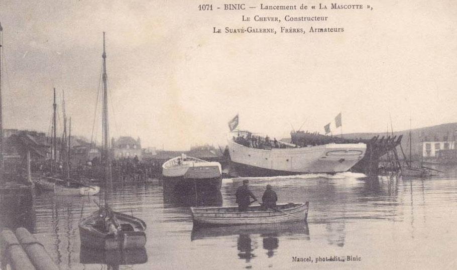"""A pleine-mer,  le lancement de  """"La Mascotte"""", goélette islandaise de l'armement Le Suavé-Galerne, de 33 m de long,  le 12 février 1910 au chantier Le Chevert"""