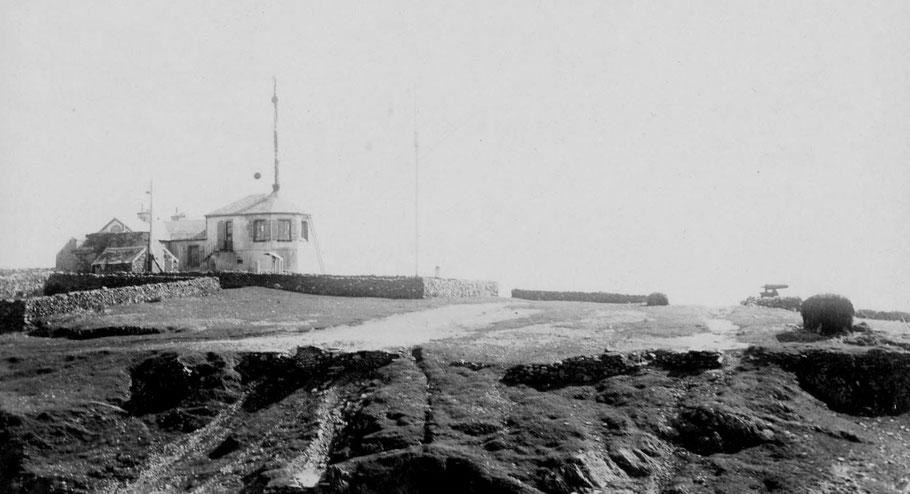 L'ancien sémaphore de la pointe Saint-Mathieu, à Plougonvelin  la chambre de veille est plus haute que sur le plan type, on aperçoit sur la droite le canon d'alarme , une ancienne caronade