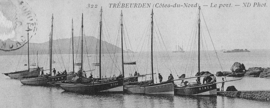 Huit sloups de Moguériec à la cale de Trozoul à Trébeurden, cette photo est certainement juste après la guerre de 14-18 le sloup M 1094 a une moustache à l'avant peinte en bleu blanc rouge