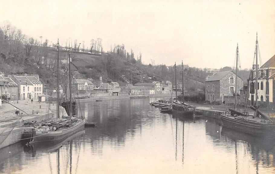 Superbe photos du port de Dinan vers 1890, trois chalands de Rance sont équipés de leurs mâts et de leur voilure sous étui, un est chargé de bois de chauffage pour Saint-Malo