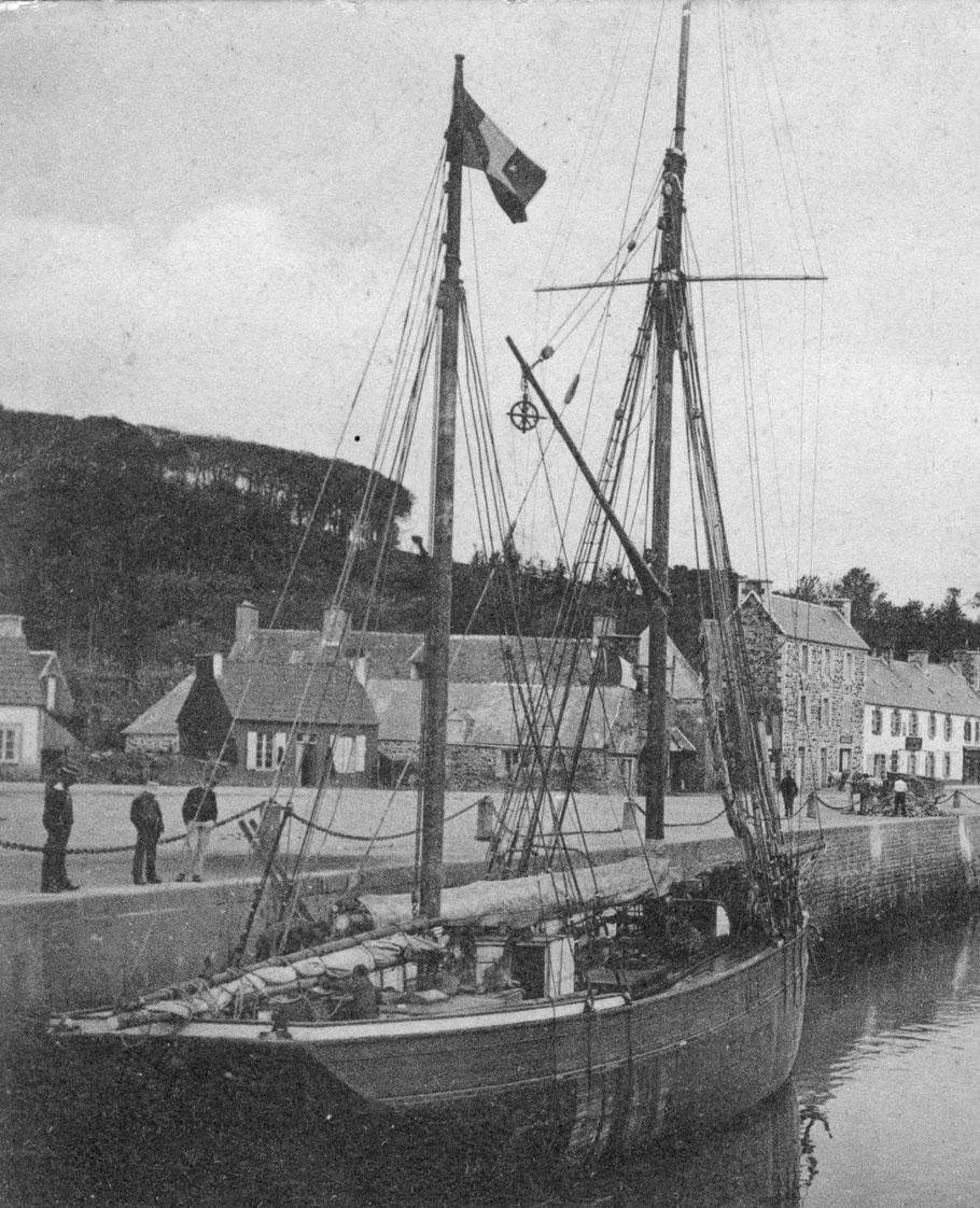 Dundée en déchargement au port de Perros, le mât de charge avec sa grosse poulie métallique est à poste, la grand voile est recouverte de son étui, pour la protéger de la poussière de charbon