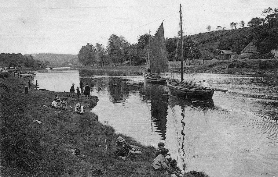 Deux gabares descendent la rivière de Morlaix à lège pour aller pêcher du sable à basse mer. La Marie-Françoise n'a pas hissé sa grand-voile ; le patron est à la barre et chaque équipage de gabare, composé de deux hommes, cirgue sur le chemin de halage.