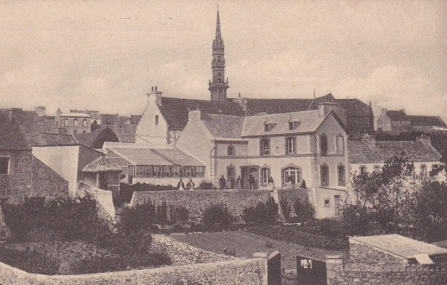La maison du père Noël, au village de Lampaul à Ouessant, ses domestiques posent sur la terrasse de la maison