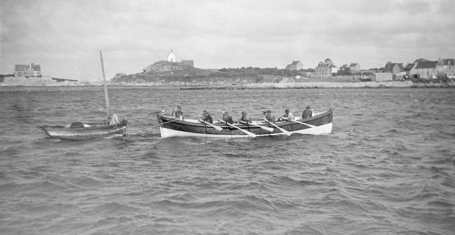 Le 17 juillet 1936, 18h45  le canot de sauvetage Georges Bréant de la station de Pontusval entre dans le port de Roscoff avec à sa remorque un canot à misaine et un petit sloup celui-ci n'est pas dans le champ de la photo graphie