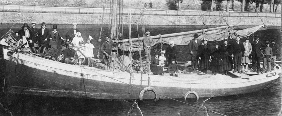 Le Morlaix, le jour de son baptême en 1923, de nombreuses personnes de la famille Cabioch sont à bord.  Il était appelé à l'île le sloup (Coll privée)