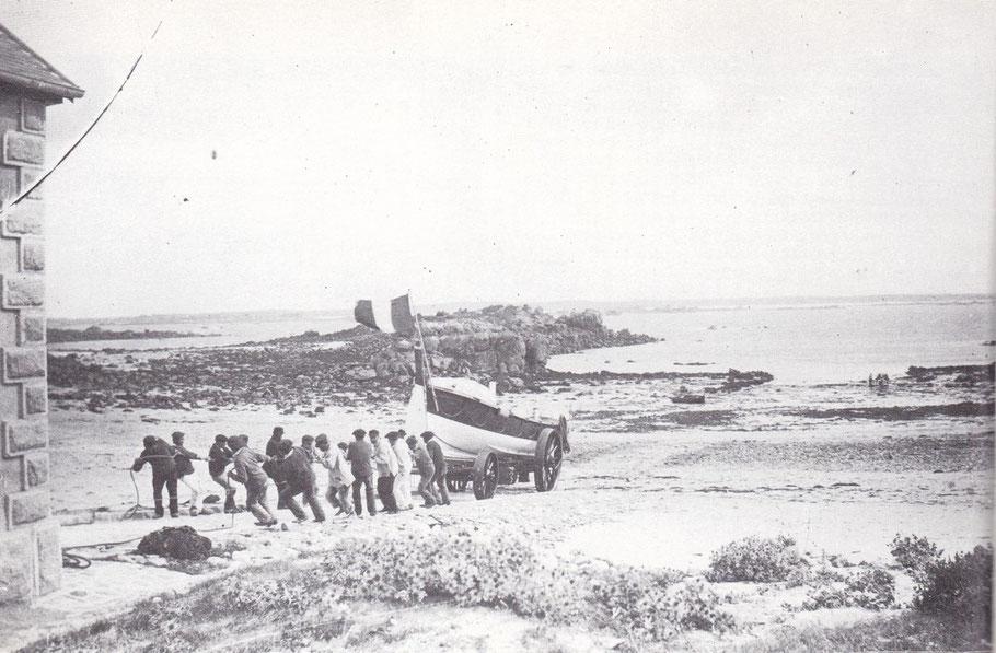 La remonté du canot de sauvetage « Sainte Madeleine et Sainte Victoire de Saint Faron » dans sa maison abri, halé par une quinzaine d'hommes