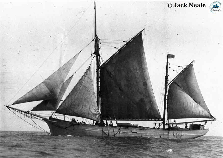 Le 18 mai 1937 le dundée Roger Robert quitte Cardiff, construit en 1907 à Dunkerque  sa mature est plus courte que sur les dundées bretons , son grand mât est assez en arrière  et sa trinquette est de surface importante