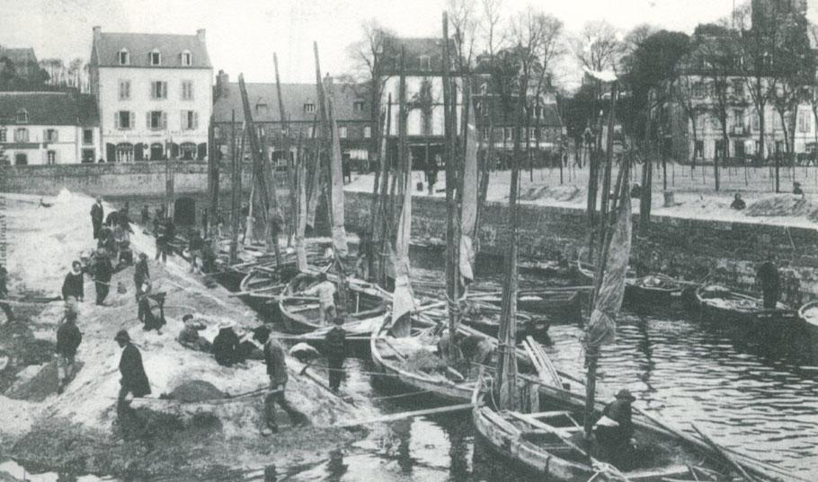 Lannion vers 1910, le travail de manipulation du sable est particulièrement pénible, au premier plan déchargement à la civière en passant sur une planche