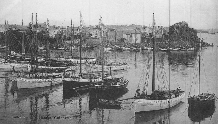 Loguivy arme en 1924 une trentaine de bateaux langoustiers, ici au mouillage au port