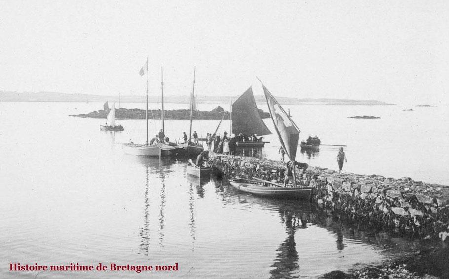 Eté 1896, grande activité à la petite cale du vil de Roscoff, de nombreuses iliennes et iliens retournent à l'île, sloups et péniches assurent le passage Le Courrier de l'île de Batz n'est pas sur cette photo
