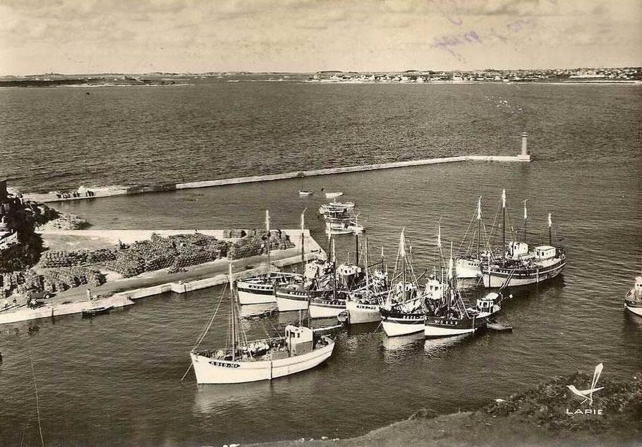 Le port de Moguériec dans les années 60, au bout du môle, le petit phare