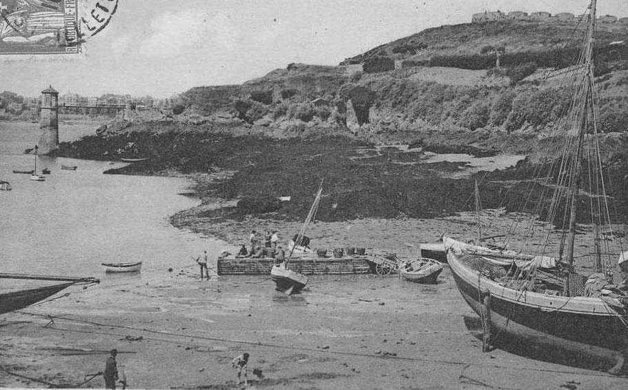 Les hommes d'équipage charge le vivier avec des paniers de crustacés, sur le sloup de droite le panneau de vivier à caillebotis est ouvert et posé le long du mât