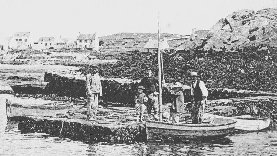 Canots de l'île de Batz vers 1900 à la cale de l'île aux moutons,  on peut penser que le canot porté à travers l'île par Alain Leroux et d'autres iliens était semblable (Coll. Perso.)