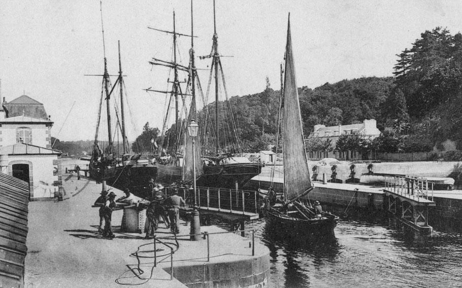 Fermeture de la porte amont de l'écluse au cabestan, les navires dans ce sas illustrent bien l'activité du port de Morlaix , un dundée et un trois mâts goélette pour le cabotage et deux gabares de la baies éclusant sous voile pour l'activité sablière