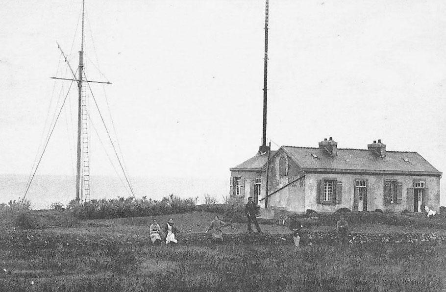 Le sémaphore de Plouézec avec les deux logements pour les gardiens