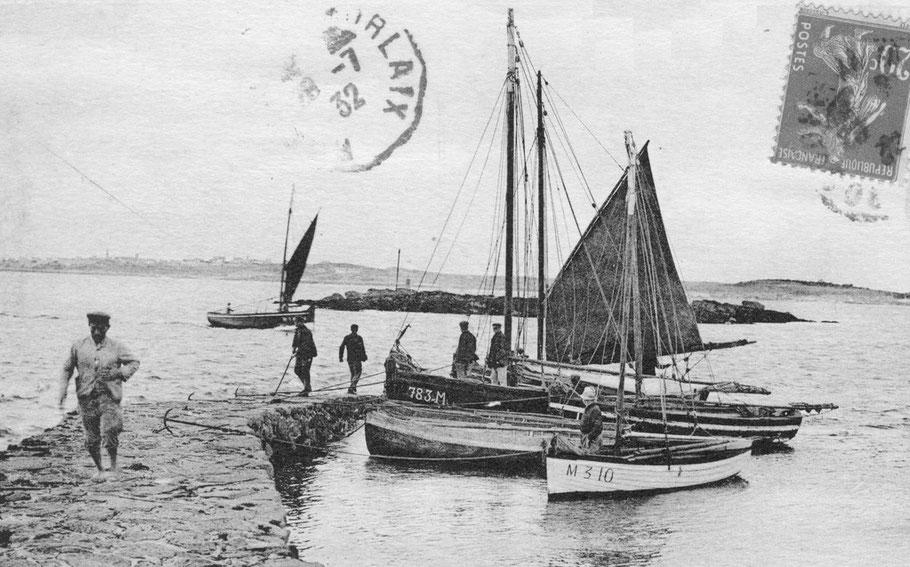 La cale de mi-marée du petit port du vil à Roscoff, le port du Vil est dédié au passage vers l'île, les sloups iliens de différentes tailles font le passage, les patrons n'hésite pas à réduire fortement la grand-voile pour le « confort »  de leurs passage