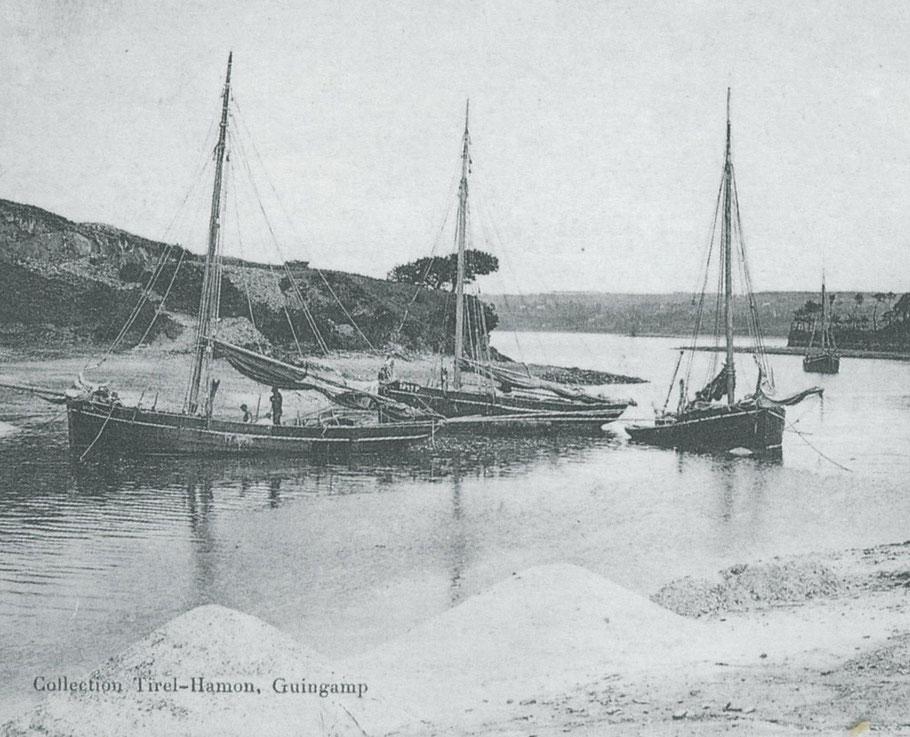 Gabares à sable du Trieux dans l'anse de Camarel vers 1910, les gabares du Trieux sont pontées et pratiquent la drague pour la récolte des amendements
