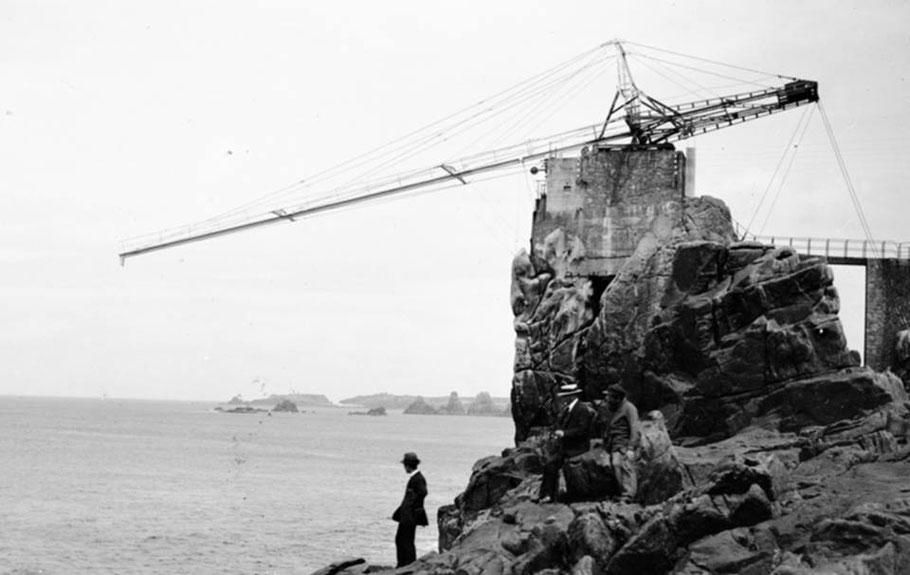 De 1912 à 1919, sur ce rocher, sur une embase une espèce de grue métallique. Cette structure servait à suspendre une cloche sous-marine, mais à quoi servait elle ? (photo capitaine Octave Longuet)